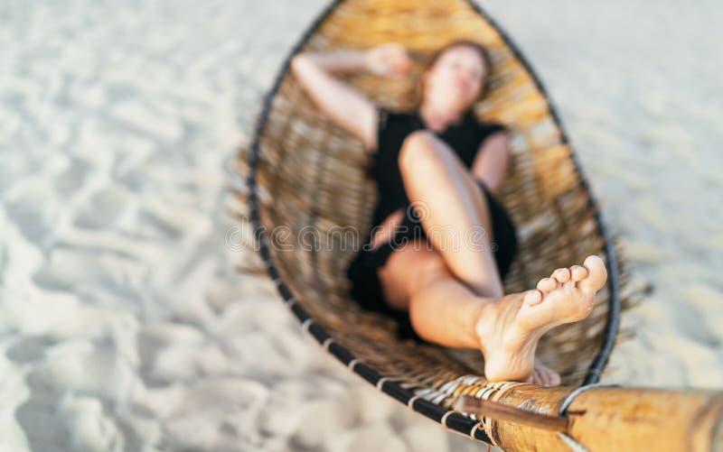 Τοπική γυναίκα εστίασης που βρίσκεται στην εικόνα ποδιών αιωρών Δερμάτων πόδια έννοιας υγείας στοκ εικόνα με δικαίωμα ελεύθερης χρήσης