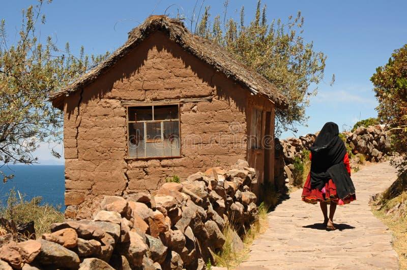 Τοπική γυναίκα που περπατά μια ανερχόμενος πορεία σε ένα χαρακτηριστικό τοπίο νησιών Taquile, λίμνη Titicaca, Περού στοκ φωτογραφία με δικαίωμα ελεύθερης χρήσης