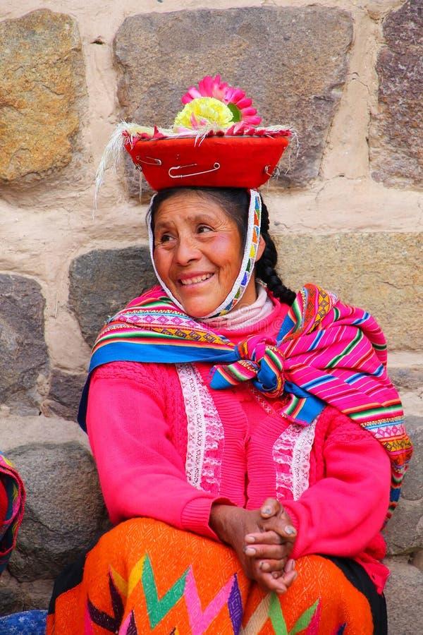Τοπική γυναίκα στην παραδοσιακή συνεδρίαση φορεμάτων κοντά στο φρούριο Inca στο Ο στοκ εικόνα με δικαίωμα ελεύθερης χρήσης