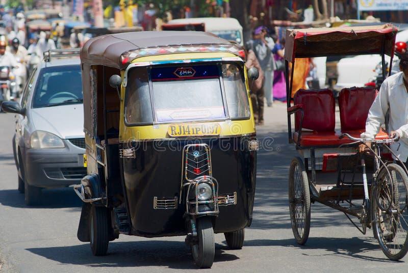 Τοπική κίνηση ταξί και αυτοκινήτων από την οδό στο Jaipur, Ινδία στοκ φωτογραφία με δικαίωμα ελεύθερης χρήσης