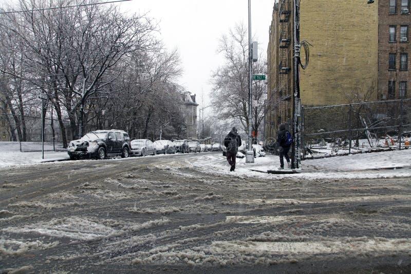 Τοπική οδός κατά τη διάρκεια της θύελλας χιονιού σε 162nd Bronx Νέα Υόρκη στοκ φωτογραφία με δικαίωμα ελεύθερης χρήσης