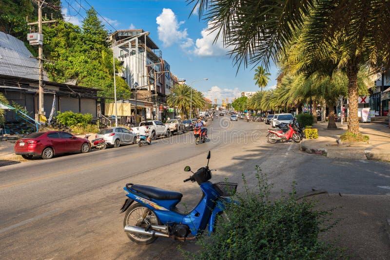 Τοπική οδός με την κίνηση της μεταφοράς στο δρόμο Αυτοκίνητα και μοτοσικλέτες που σταθμεύουν στοκ φωτογραφία με δικαίωμα ελεύθερης χρήσης