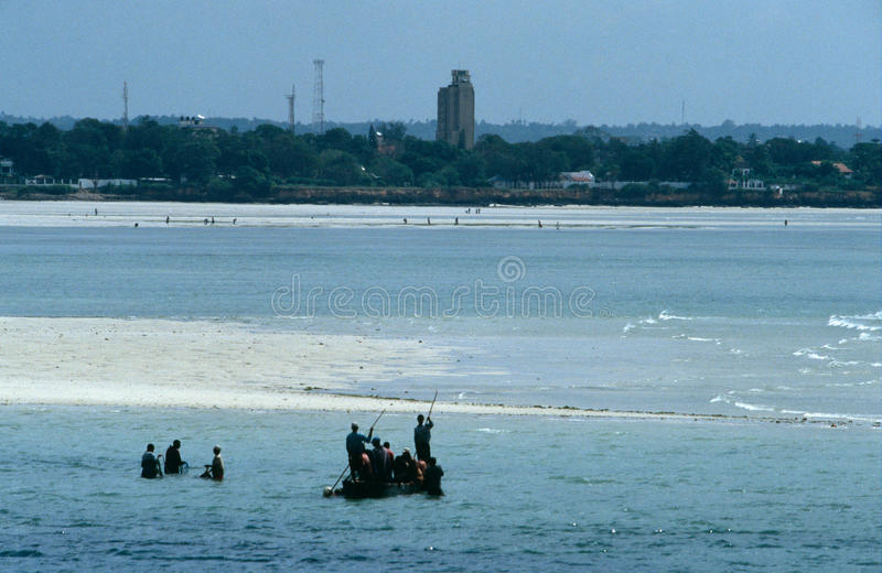 Τοπικοί ψαράδες που εργάζονται at low tide, Zanzibar στοκ φωτογραφία