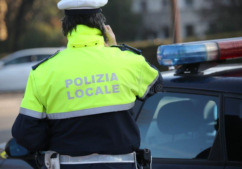 Τοπικός αστυνομικός κοντά στο περιπολικό της Αστυνομίας στοκ εικόνες
