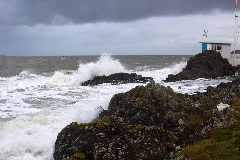 Τοπικός πύργος ελέγχου φυλών λεσχών γιοτ που κτυπιέται από μια χειμερινή θύελλα στην ιρλανδική θάλασσα στοκ φωτογραφίες με δικαίωμα ελεύθερης χρήσης