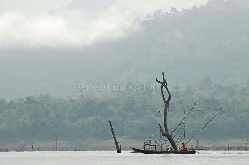 Τοπικός χωρικός που αλιεύει το πρόωρο misty πρωί σε Sangkhlaburi στοκ εικόνες