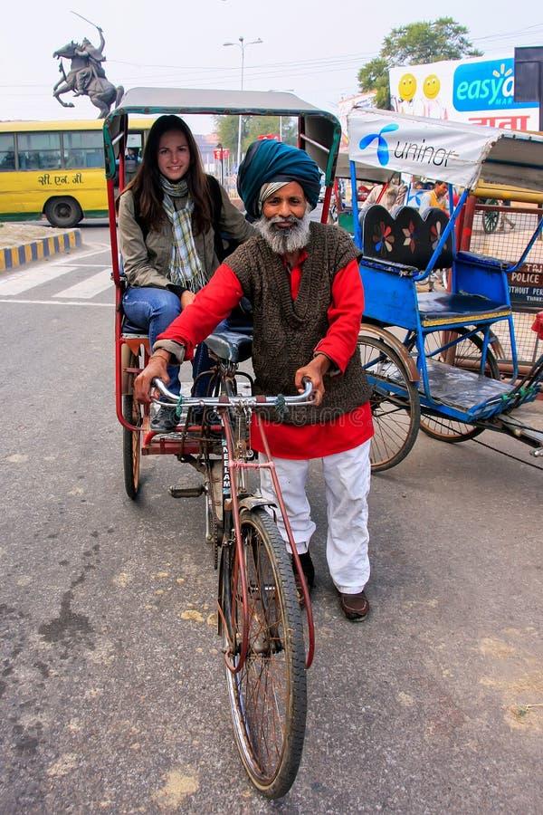 Τοπικό άτομο που οδηγεί pedicab με έναν τουρίστα σε Agra, Ουτάρ Πραντές, στοκ φωτογραφία με δικαίωμα ελεύθερης χρήσης