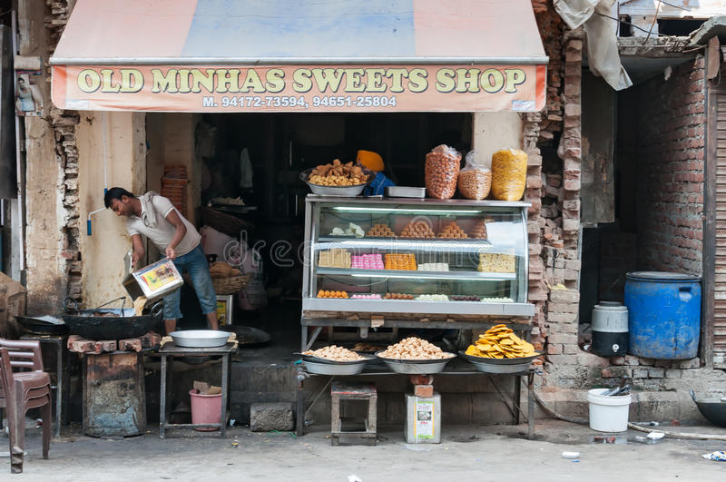Τοπικό γλυκό και κατάστημα πρόχειρων φαγητών σε Amritsar στοκ φωτογραφία με δικαίωμα ελεύθερης χρήσης