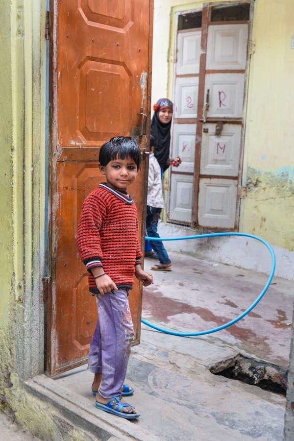 Τοπικό ινδικό αγόρι που στέκεται στην πόρτα του σπιτιού Amer Rajasthan r στοκ εικόνες με δικαίωμα ελεύθερης χρήσης