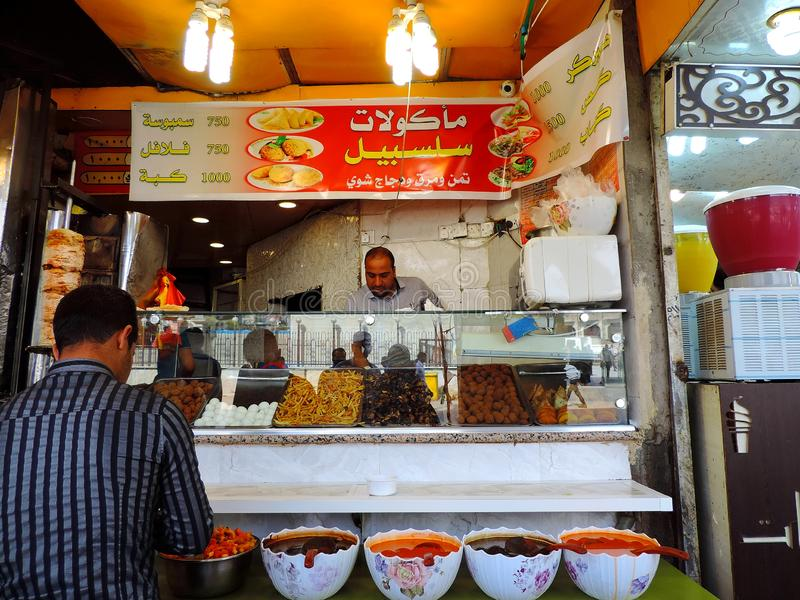 Τοπικό κατάστημα πρόχειρων φαγητών στις οδούς Karbala, Ιράκ στοκ φωτογραφίες με δικαίωμα ελεύθερης χρήσης