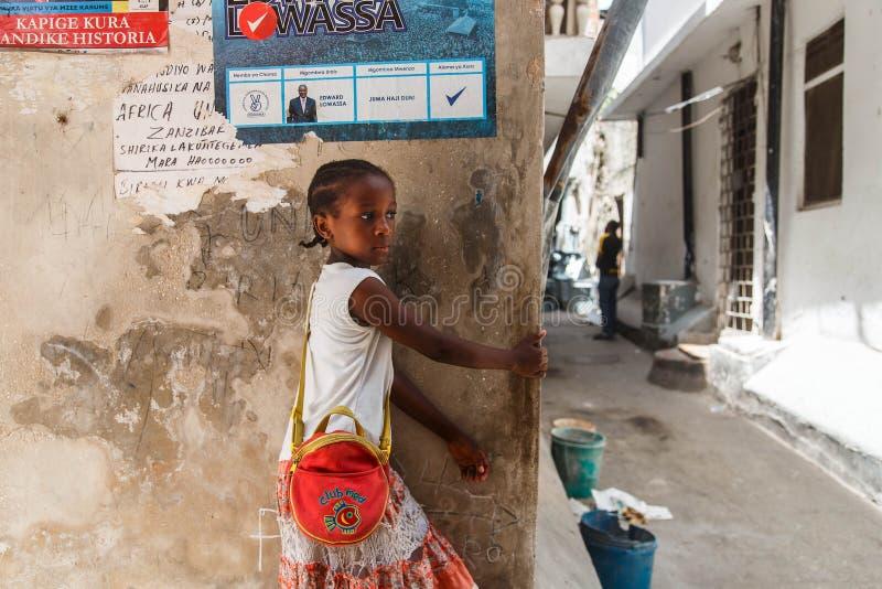 Τοπικό κορίτσι σε μια στενή οδό στην πέτρινη πόλη Η πέτρινη κωμόπολη είναι το παλαιό μέρος της πόλης Zanzibar, το κεφάλαιο Zanzib στοκ εικόνες