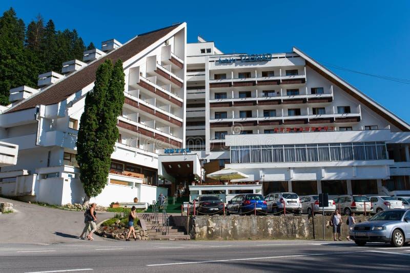 Τοπικό ξενοδοχείο στην εστίαση, που περνά τους τουρίστες στο πεζοδρόμιο στοκ εικόνα με δικαίωμα ελεύθερης χρήσης