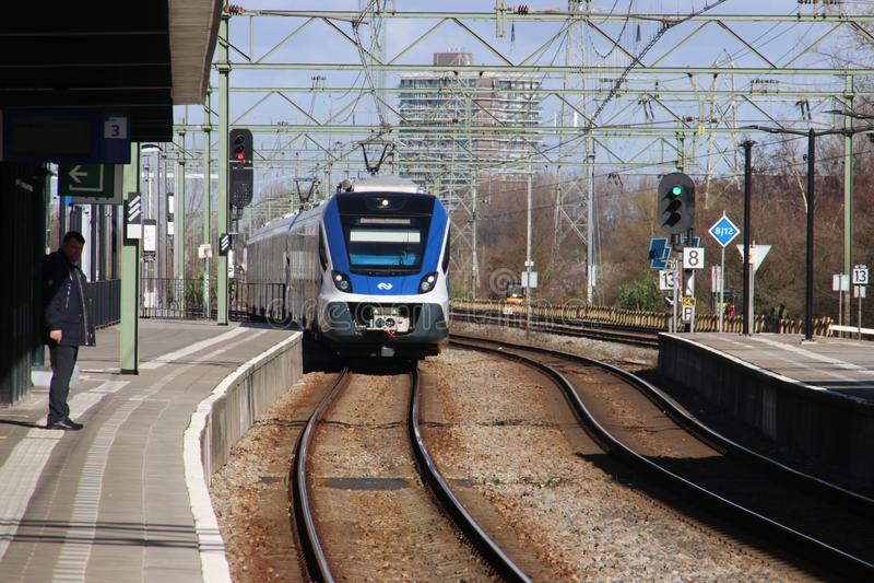 Τοπικό τραίνο αλτών SNG3 κατόχων διαρκούς εισιτήριου του CAF Civity στο trainstation της Χάγης Laan van NOI στις Κάτω Χώρες στοκ εικόνα με δικαίωμα ελεύθερης χρήσης