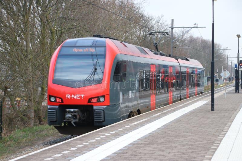 Τοπικό ΦΛΕΡΤ τύπων κατόχων διαρκούς εισιτήριου που τρέχει για το ρ-δίχτυ μεταξύ του γκούντα και του κρησφύγετου Rijn Alphen aan σ στοκ εικόνες με δικαίωμα ελεύθερης χρήσης