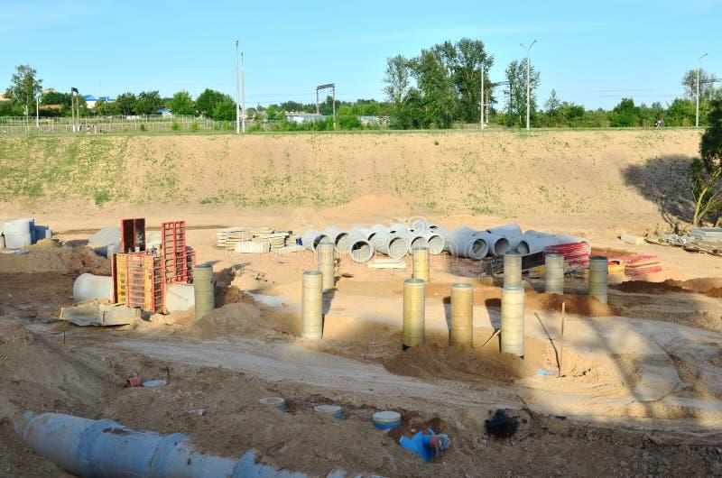 Τοποθέτηση ή αντικατάσταση των υπόγειων σωλήνων υπονόμων θύελλας Εγκατάσταση του κύριου, υγειονομικού υπονόμου νερού, συστήματα α στοκ εικόνες