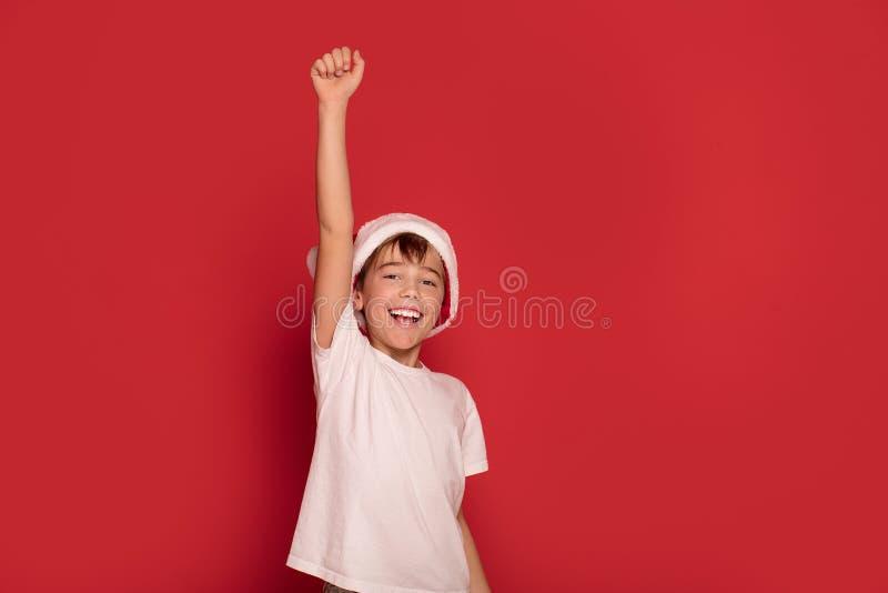 Τοποθέτηση αγοριών χαμόγελου νέα ευτυχής στοκ φωτογραφία με δικαίωμα ελεύθερης χρήσης