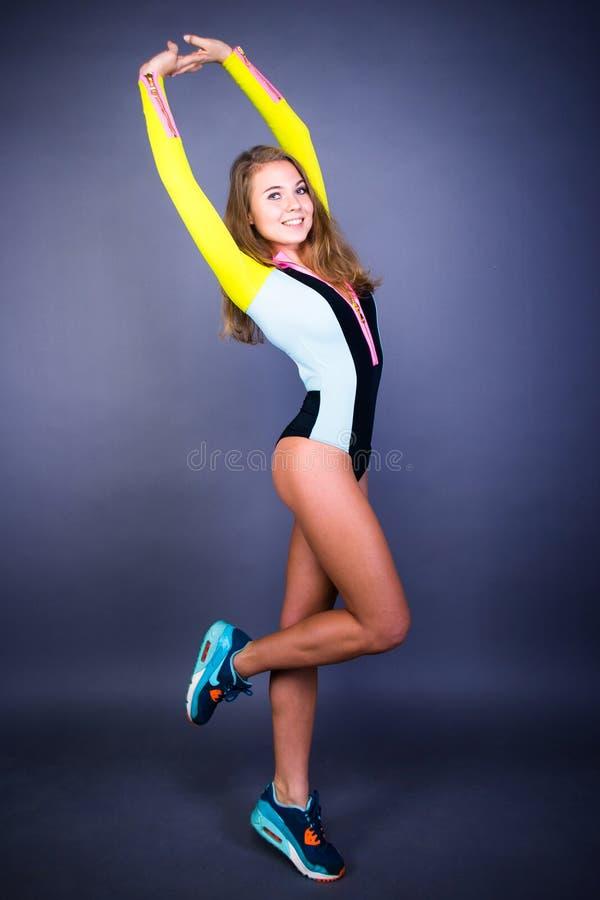 Τοποθέτηση αθλητικών κοριτσιών χαμόγελου στοκ εικόνες