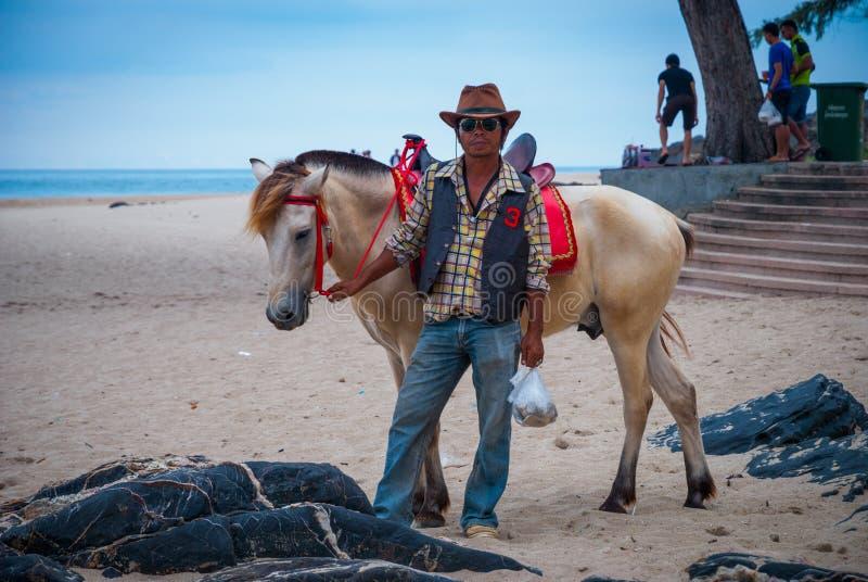 Τοποθέτηση ατόμων με ένα άλογο στην παραλία Songkhla, Ταϊλάνδη στοκ φωτογραφίες