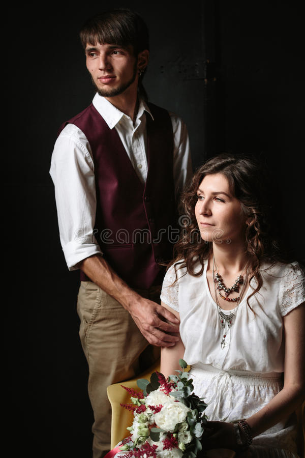 Τοποθέτηση γαμήλιων ζευγών στο σκοτεινό εσωτερικό στοκ φωτογραφία με δικαίωμα ελεύθερης χρήσης