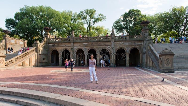Τοποθέτηση γυναικών κοντά στο πεζούλι Bethesda στο Central Park στοκ εικόνες