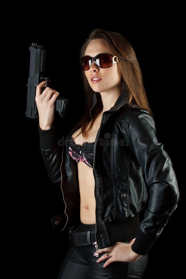 Τοποθέτηση γυναικών με ένα πυροβόλο όπλο στοκ φωτογραφία