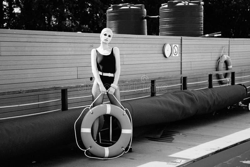 Τοποθέτηση γυναικών με lifebuoy στοκ εικόνες