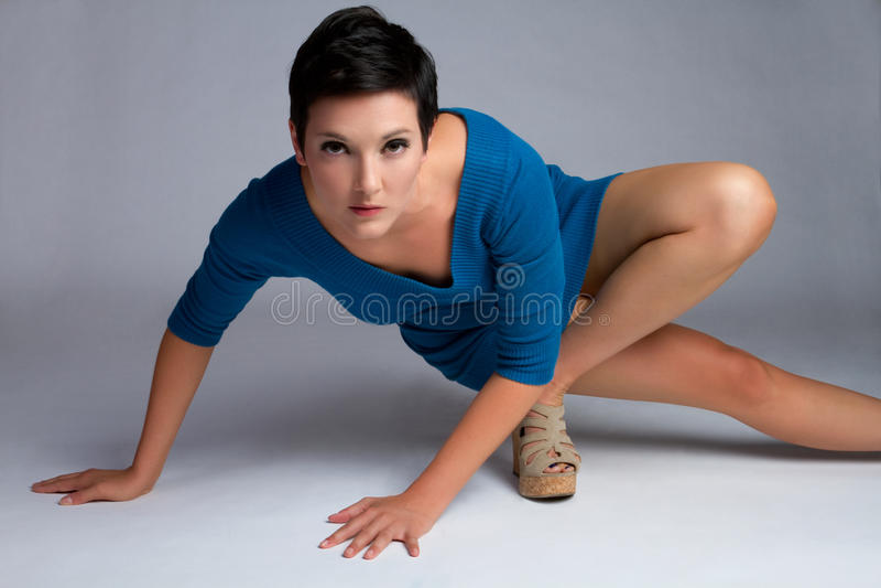 Τοποθέτηση γυναικών μόδας στοκ φωτογραφία με δικαίωμα ελεύθερης χρήσης