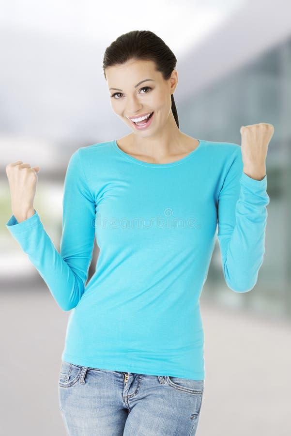 Τοποθέτηση γυναικών στο μπλε πουκάμισο στοκ φωτογραφίες