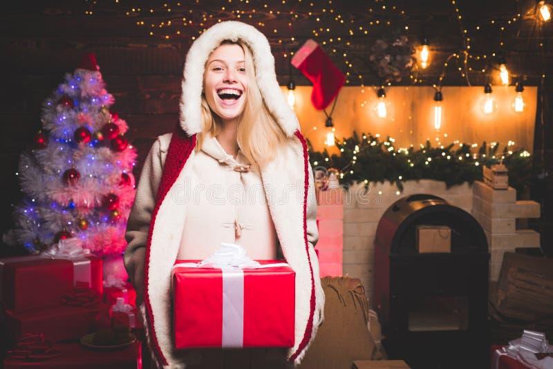 Τοποθέτηση γυναικών Santa Αισθησιακό κορίτσι για τα Χριστούγεννα Νέο έτος εορτασμού γοητείας Ξανθό κιβώτιο δώρων εκμετάλλευσης γυ στοκ φωτογραφία