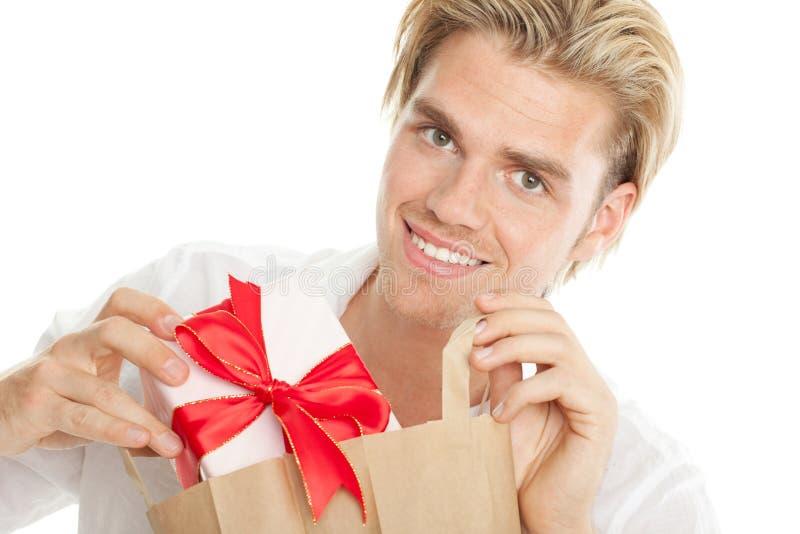Τοποθέτηση ενός δώρου στην τσάντα στοκ φωτογραφίες