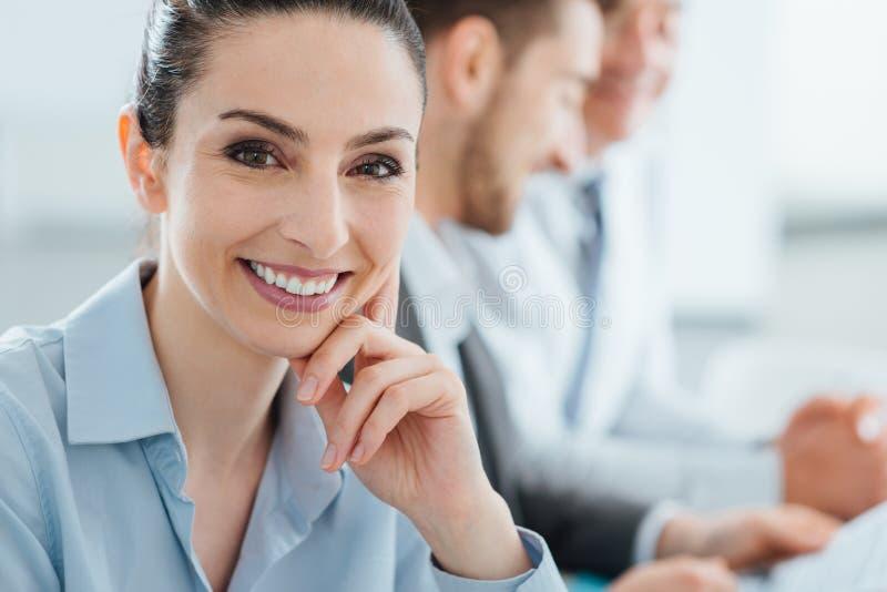 Τοποθέτηση επιχειρησιακών ομάδων και επιχειρηματιών χαμόγελου στοκ εικόνα