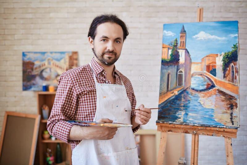 Τοποθέτηση καλλιτεχνών με τις ελαιογραφίες στο στούντιο τέχνης στοκ φωτογραφία με δικαίωμα ελεύθερης χρήσης