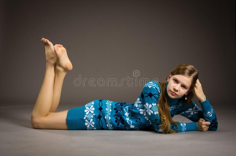 Τοποθέτηση κοριτσιών εφήβων στο πουλόβερ στοκ φωτογραφία