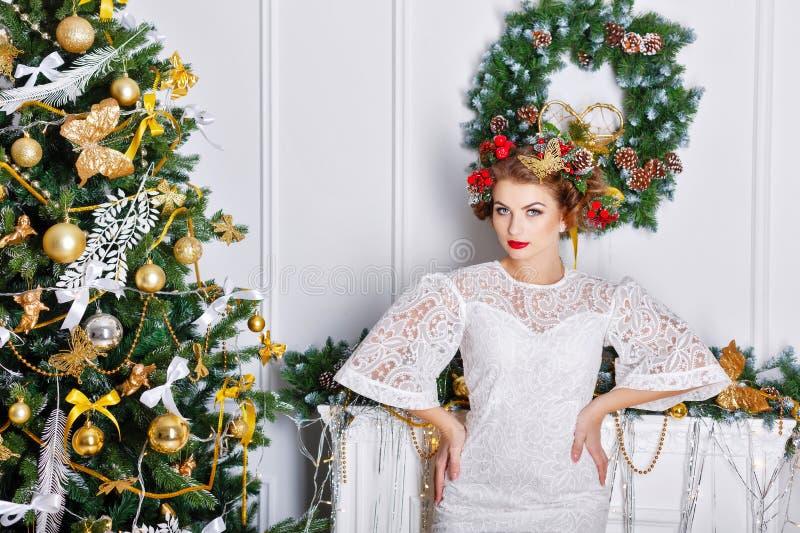 Τοποθέτηση κοριτσιών κοντά σε ένα χριστουγεννιάτικο δέντρο στοκ φωτογραφίες