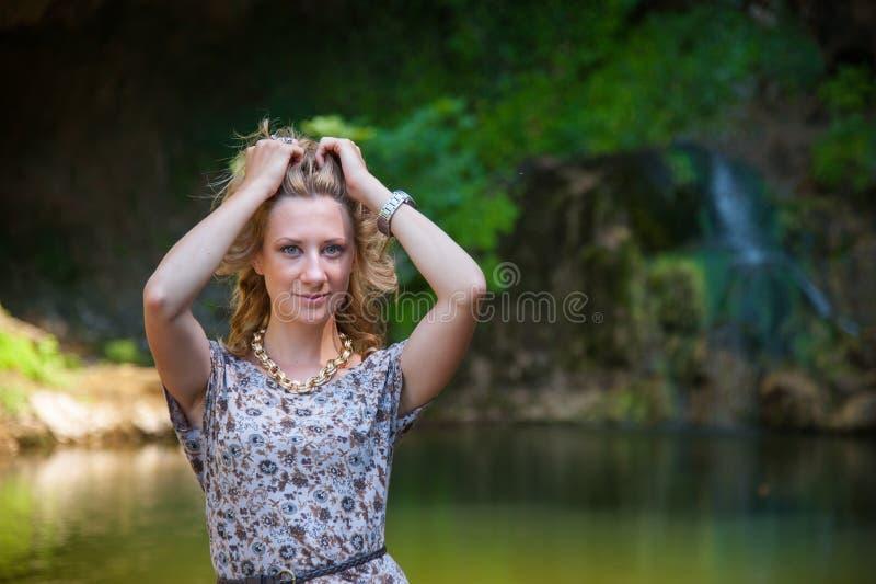 Τοποθέτηση κοριτσιών κοντά στη μικρή λίμνη στοκ εικόνες με δικαίωμα ελεύθερης χρήσης