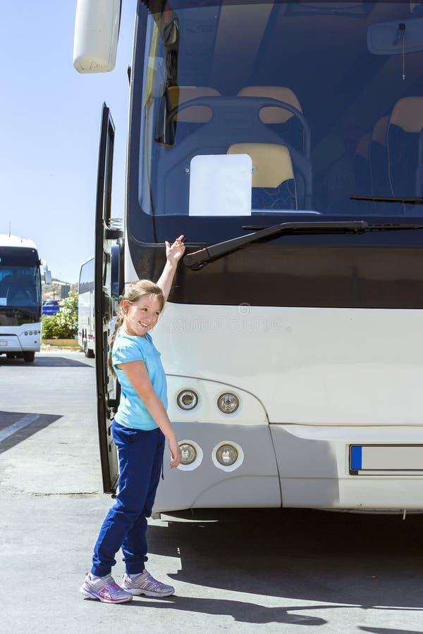Τοποθέτηση κοριτσιών κοντά στο λεωφορείο τουριστών στον αερολιμένα Ηρακλείου στοκ φωτογραφία με δικαίωμα ελεύθερης χρήσης