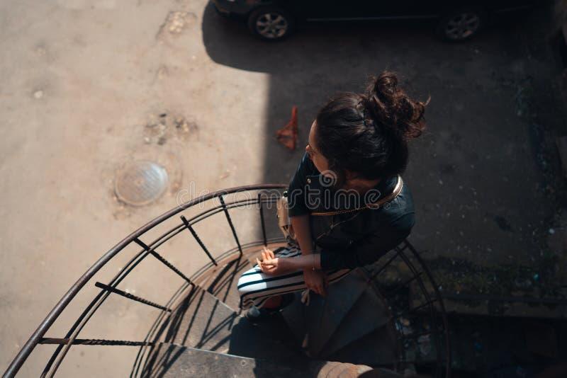 Τοποθέτηση κοριτσιών σε μια σπειροειδή σκάλα στοκ φωτογραφία με δικαίωμα ελεύθερης χρήσης