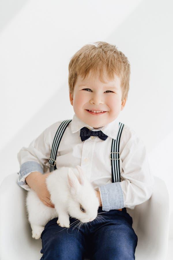 Τοποθέτηση μικρών παιδιών χαμόγελου με το πορτρέτο κουνελιών στοκ φωτογραφίες με δικαίωμα ελεύθερης χρήσης