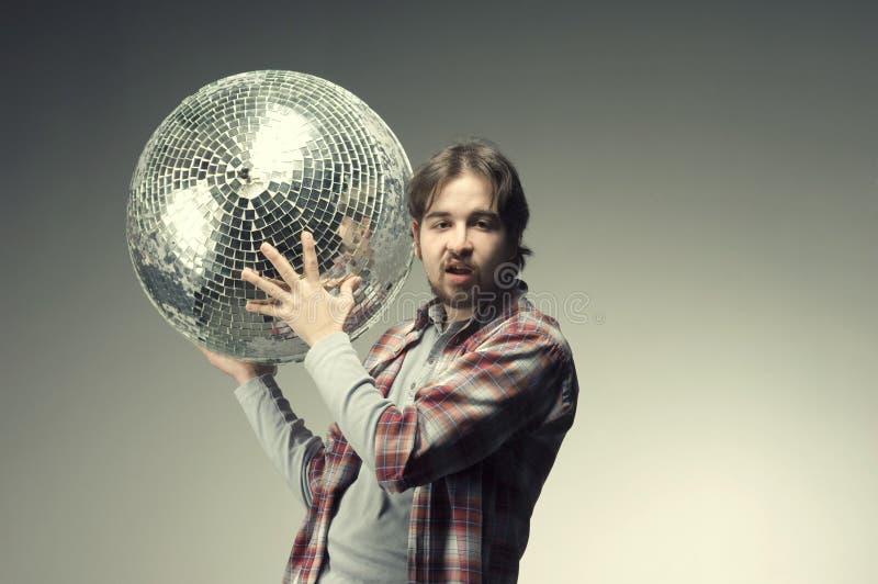 Τοποθέτηση νεαρών άνδρων με μια σφαίρα disco στοκ εικόνες με δικαίωμα ελεύθερης χρήσης