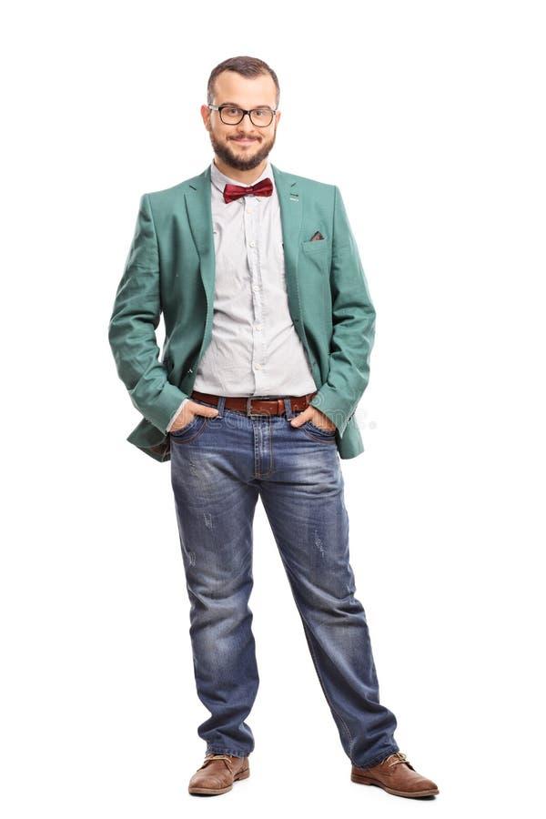 Τοποθέτηση νεαρών άνδρων σε ένα πράσινο παλτό στοκ εικόνες