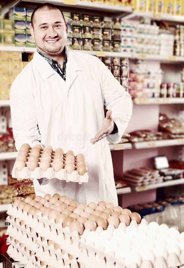Τοποθέτηση πωλητών με τις δωδεκάδες των αυγών στοκ εικόνα με δικαίωμα ελεύθερης χρήσης