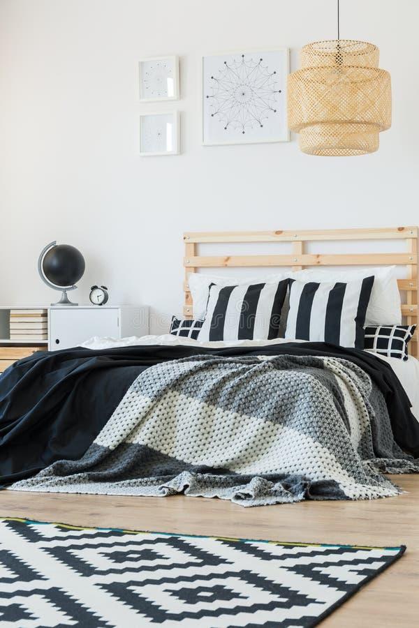 Τοποθέτηση στο κρεβάτι στο ύφος στοκ φωτογραφίες