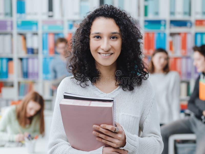Τοποθέτηση φοιτητών πανεπιστημίου με τα σημειωματάρια στοκ φωτογραφία