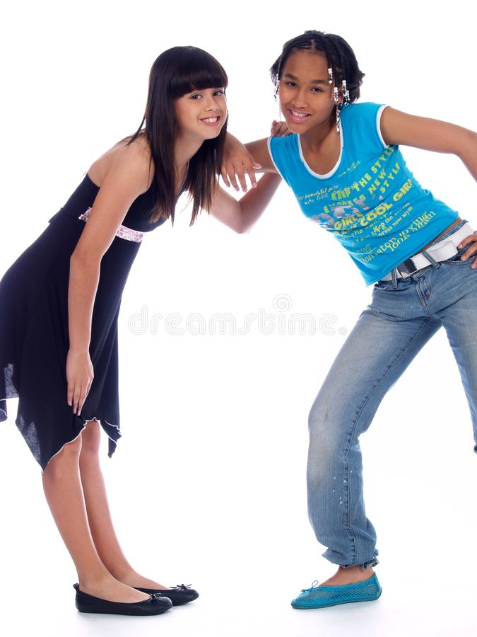 τοποθέτηση 2 χαριτωμένη κοριτσιών στοκ εικόνες