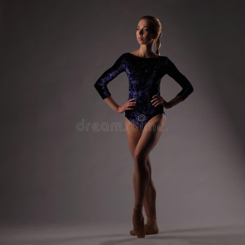 Τοποθέτηση Ballerina, υπόβαθρο στούντιο girl slim στοκ φωτογραφία με δικαίωμα ελεύθερης χρήσης