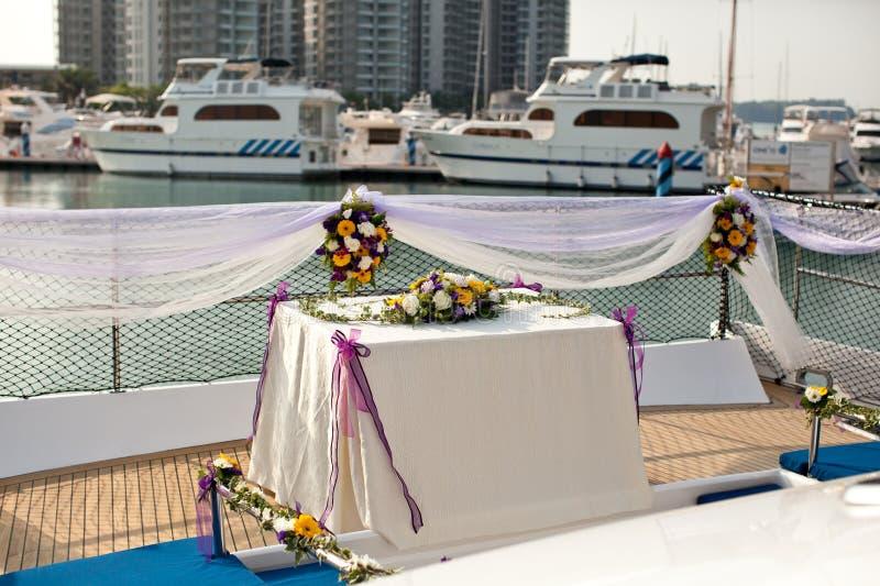 Τοποθετήσεις λουλουδιών γαμήλιων πινάκων στο γιοτ στοκ φωτογραφία με δικαίωμα ελεύθερης χρήσης