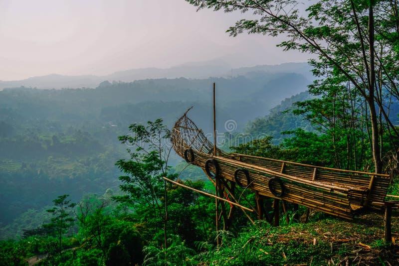 Τοποθετήστε μια φωτογραφία με ένα σκάφος σε έναν λόφο αγνοώντας τον ουρανό στοκ εικόνα