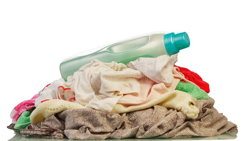 Τοποθετήστε το διαφορετικό χρωματισμένο βρώμικο πλυντήριο που απομονώνεται στο λευκό στοκ εικόνες