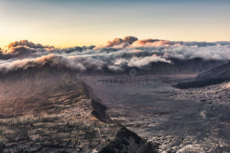 Τοποθετήστε το επιδόρπιο Bromo και την άποψη του χωριού τοπίων Cemoro Lawang στοκ φωτογραφίες με δικαίωμα ελεύθερης χρήσης