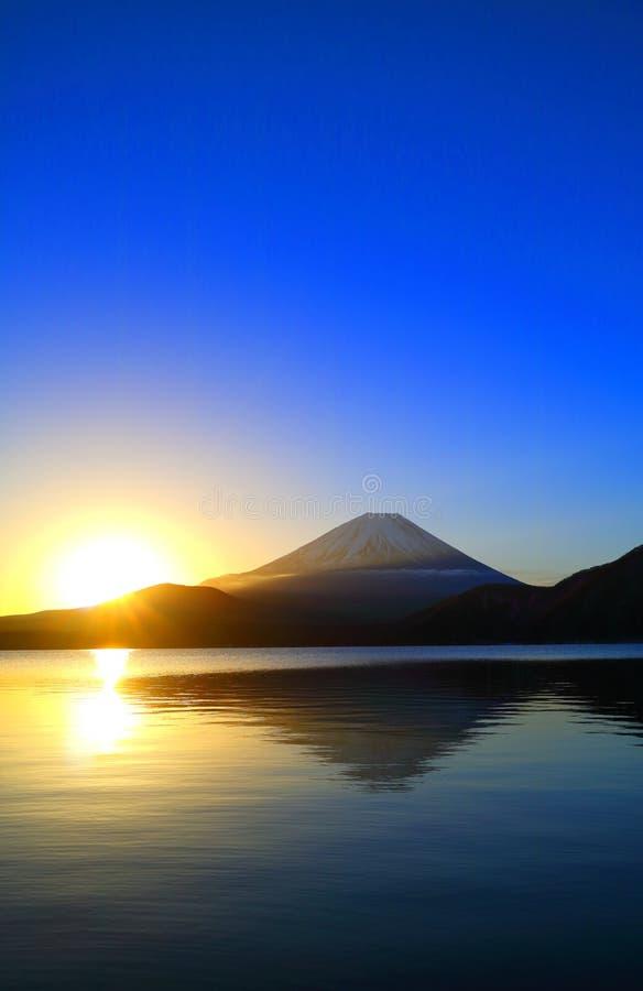 Τοποθετήστε το Φούτζι και την ανατολή ήλιων με το μπλε ουρανό από τη λίμνη Motosu στοκ φωτογραφίες με δικαίωμα ελεύθερης χρήσης
